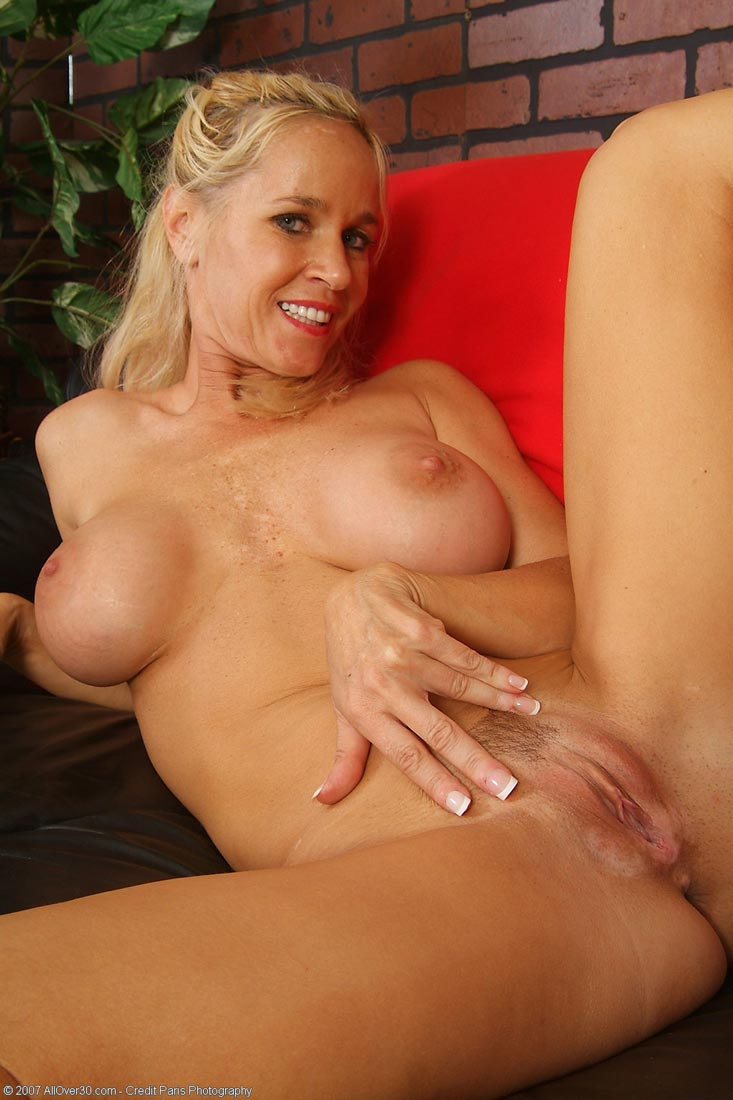 Naked Blonde Cougar Totally Tabitha Teasing | Free Cougar Sex